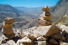 Pedras acima empilhadas na borda da estrada no vale de Colca, Peru imagem de stock