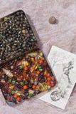 Pedras ambaradas e cartão velho Fotografia de Stock