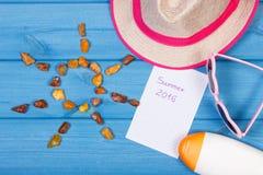 Pedras ambarinas na forma do sol e dos acessórios para férias, conceito das horas de verão Imagem de Stock