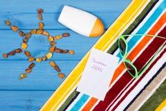 Pedras ambarinas na forma do sol e dos acessórios para férias, horas de verão Imagens de Stock Royalty Free