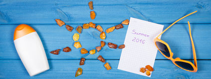 Pedras ambarinas na forma do sol e dos acessórios para férias, horas de verão Imagens de Stock
