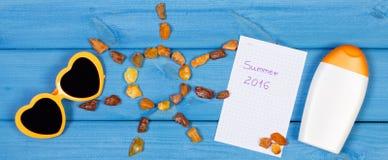 Pedras ambarinas na forma do sol e dos acessórios para férias, horas de verão Imagem de Stock Royalty Free