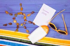 Pedras ambarinas na forma do sol e dos acessórios para férias, horas de verão Fotografia de Stock