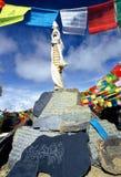 Pedras & bandeiras tibetanas da oração Foto de Stock