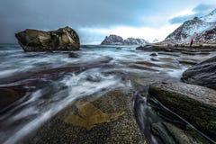 Pedras antigas nas costas do mar norueguês frio no tempo da noite Paisagem de Norwgian Paisagem bonita de Noruega Imagem de Stock Royalty Free