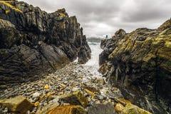 Pedras antigas nas costas do mar norueguês frio no tempo da noite Paisagem de Norwgian Paisagem bonita de Noruega Imagens de Stock Royalty Free