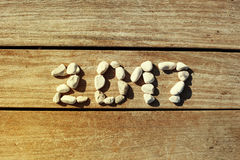 2017 pedras apresentadas em um cais de madeira do fundo Fotografia de Stock