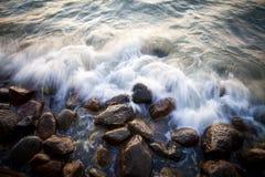Pedras bonitas do granito no mar no por do sol foto de stock