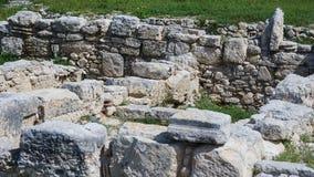 Pedras brancas cinzentas de Starik das ruínas da grama verde antiga Paphos Chipre imagem de stock