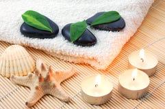 Pedras brancas de toalha e de zen de banho de Foldet Imagens de Stock Royalty Free