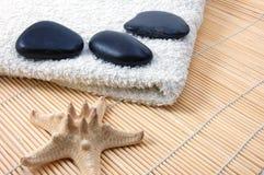 Pedras brancas de toalha e de zen de banho de Foldet Imagens de Stock
