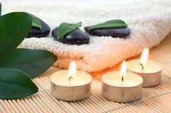 Pedras brancas de toalha e de zen de banho de Foldet Fotografia de Stock