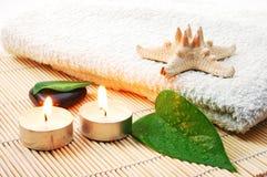 Pedras brancas de toalha e de zen de banho de Foldet Fotografia de Stock Royalty Free