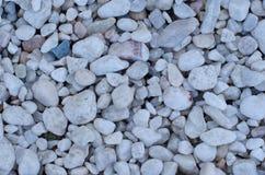 Pedras brancas decorativas, pedras redondas no fundo branco, pedras ou cascalho para construir Textura sem emenda Imagem de Stock