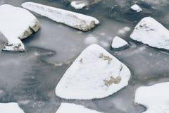 Pedras cobertas com a geada branca na água pouco profunda congelada sobre no inverno Imagens de Stock Royalty Free