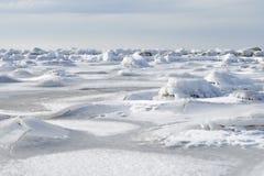 Pedras cobertas no gelo no oceano Imagens de Stock Royalty Free