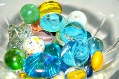 Pedras coloridas do fundo branco de vidro foto de stock royalty free