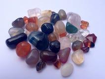 Pedras coloridas e brilhantes bonitas na superfície Foto de Stock