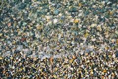 Pedras coloridas e o mar bonito para criar a beleza original da natureza imagem de stock