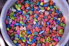 Pedras coloridas no fundo das embarcações da argila Imagem de Stock Royalty Free