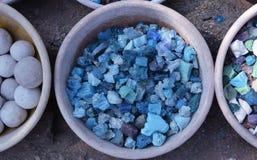 Pedras coloridas no fundo das embarcações da argila Imagens de Stock