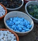 Pedras coloridas no fundo das embarcações da argila Imagens de Stock Royalty Free