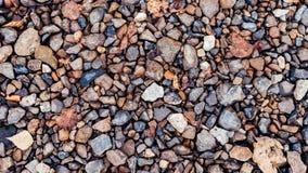 Pedras coloridas no parque na estrada, pedras de pavimentação Na cidade pelo wayside Pedregulhos coloridos do dia do outono Imagem de Stock Royalty Free