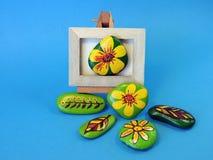 Pedras com flores pintadas Fotografia de Stock