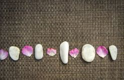 Pedras cor-de-rosa do mar da rosa e dos termas no fundo rústico foto de stock