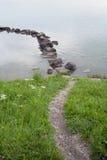 Pedras da água da grama do trajeto Foto de Stock Royalty Free