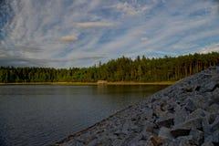 Pedras da água da lagoa da represa do céu da floresta do verde do incêndio violento da natureza Foto de Stock