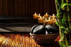 Pedras da massagem na cesta em termas holísticos do bem-estar Fotografia de Stock Royalty Free