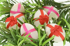 Pedras dadas forma ovo decoradas para Easter Fotos de Stock Royalty Free