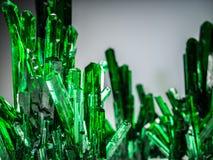 Pedras de cristal minerais, cor verde 3d rendem Foto de Stock
