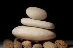 Pedras de equilíbrio na madeira da tração Fotografia de Stock Royalty Free