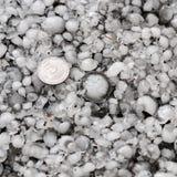 Pedras de granizo na terra após a chuva de granizo, saraiva do grande tamanho, saraiva feita sob medida com uma moeda maior fotos de stock
