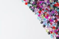 Pedras decorativas coloridas em um fundo branco fotografia de stock