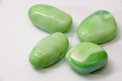 Pedras decorativas verdes em um fundo branco Fotos de Stock Royalty Free