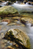 Pedras do granito no rio Imagens de Stock