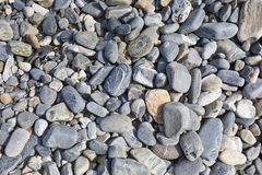 Pedras do mar ou a pedra preta lisa molhada na praia como o backgro Imagens de Stock Royalty Free