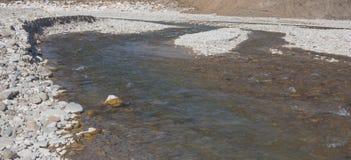 Pedras do rio na água Fotos de Stock Royalty Free