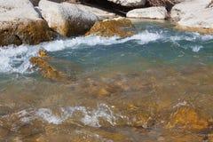 Pedras do rio na água Imagens de Stock