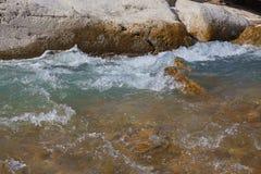 Pedras do rio na água Imagens de Stock Royalty Free