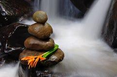Pedras do zen com flor Imagens de Stock Royalty Free