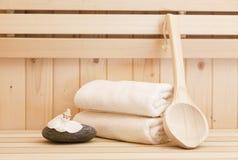 Pedras do zen e accessores dos termas na sauna Fotografia de Stock Royalty Free