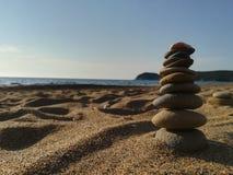 Pedras do zen empilhadas na praia Fotografia de Stock