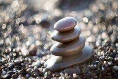 Pedras do zen no cascalho, símbolo do buddhism imagens de stock