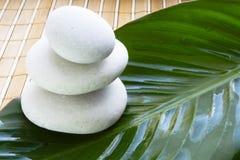 Pedras dos termas na esteira de bambu Fotografia de Stock