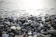 Pedras e água Fotos de Stock Royalty Free