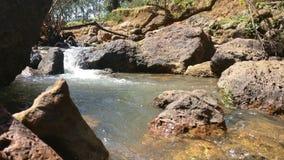 Pedras e água de fluxo imagens de stock